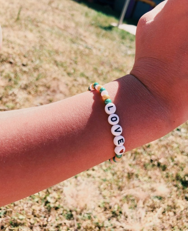 B0A262F5 CA3A 4648 9192 0C75026A3090 833x1024  Un joli kit Auzou pour faire des bracelets porte bonheur